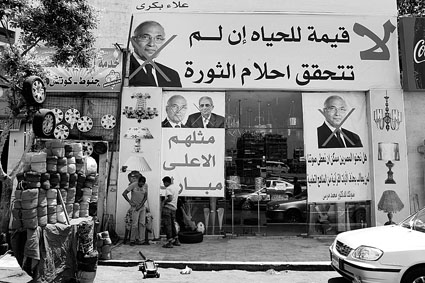 开罗街头,两位总统竞选人的头像和穆巴拉克的头像都被打了叉,标语写道:如果革命的梦想不能实现,生命就没有意义,他们都是穆巴拉克的崇拜者 供图/IC