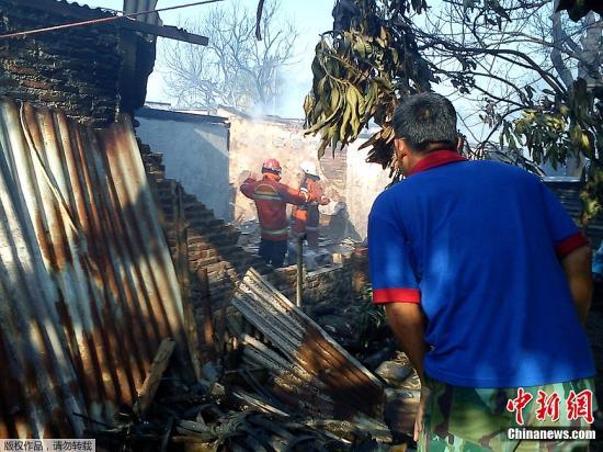 印尼一军机坠入雅加达住宅区 致10人死10余人伤