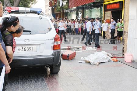 魏影/昨日,记者赶到案发现场时,年轻女子躺在血泊中已经死亡。记者...