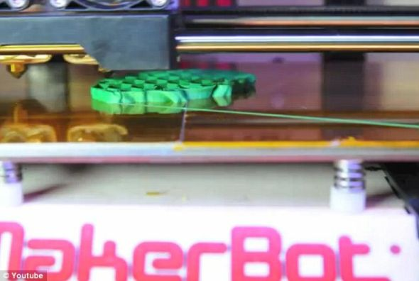 YouTube用户BusyBotz上传的一段视频的截图,展示3D打印机打印《星球大战》中尤达大师
