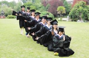 """大部分时间便花在了拍摄个性毕业照上,36名大学生摆出了""""草字头""""造型.图片"""