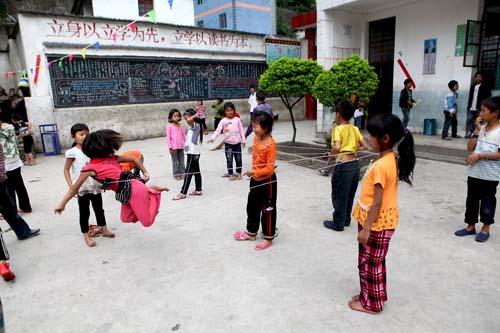 云南省怒江州福贡县架科底乡公房完小的孩子们课间光着脚