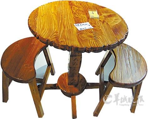 小圆桌连凳参考价格:1500元采用原木设计,保留原生态,凳子设计人性化图片
