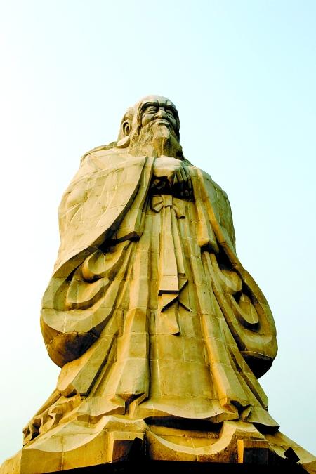 太清宫老子文化广场上的老子雕像,宽额长眉,垂首拱手,慈祥大度,端庄自然。