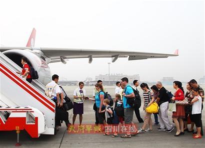 昨日9时,四川航空公司3U8579航班从成都双流国际机场起飞,前往温哥华,标志着中国西部地区首条北美航线正式开通。