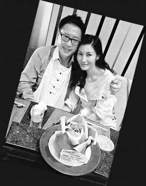 李嘉欣 许晋亨/李嘉欣在微博上传了与老公许晋亨一起吃生日蛋糕的照片。