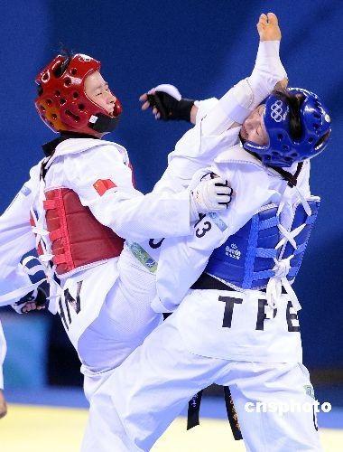 2008年8月20日,中华台北队选手杨淑君(右)在跆拳道女子49公斤级半决赛中,遭遇中国小将吴静钰,经过一番激战,最后1比4落败,无缘决赛。