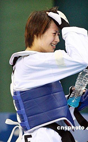 2008年8月20日,跆拳道女子49公斤级3、4名决赛中,中华台北队跆拳道选手杨淑君不敌古巴选手蒙特霍。图为铜牌战失利的中华台北队选手杨淑君伤心地走出比赛场。