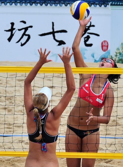 沙排奥运会资格赛 张常宁在比赛中扣杀