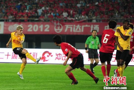图为广州恒大中场球员孔卡左一在比赛中主罚任意球。于海洋摄