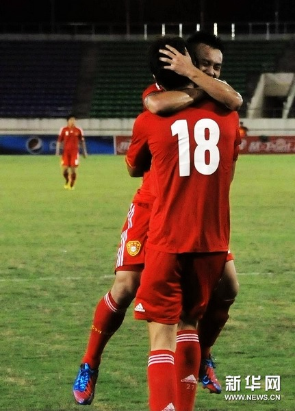 图文:U22亚预赛中国2-0老挝 拥抱庆祝