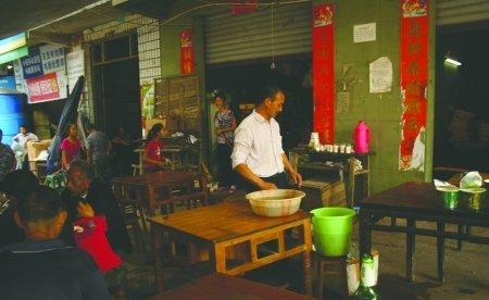 林浩然的父母(图上居中者)经营着一家茶社,日子本来平静