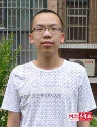 寸头、高个儿、大脑门,架着一副黑框眼镜,今年的河北理科状元是位白净的大男孩,他就是唐山市滦南县第一中学高三(8)班的张士欣。