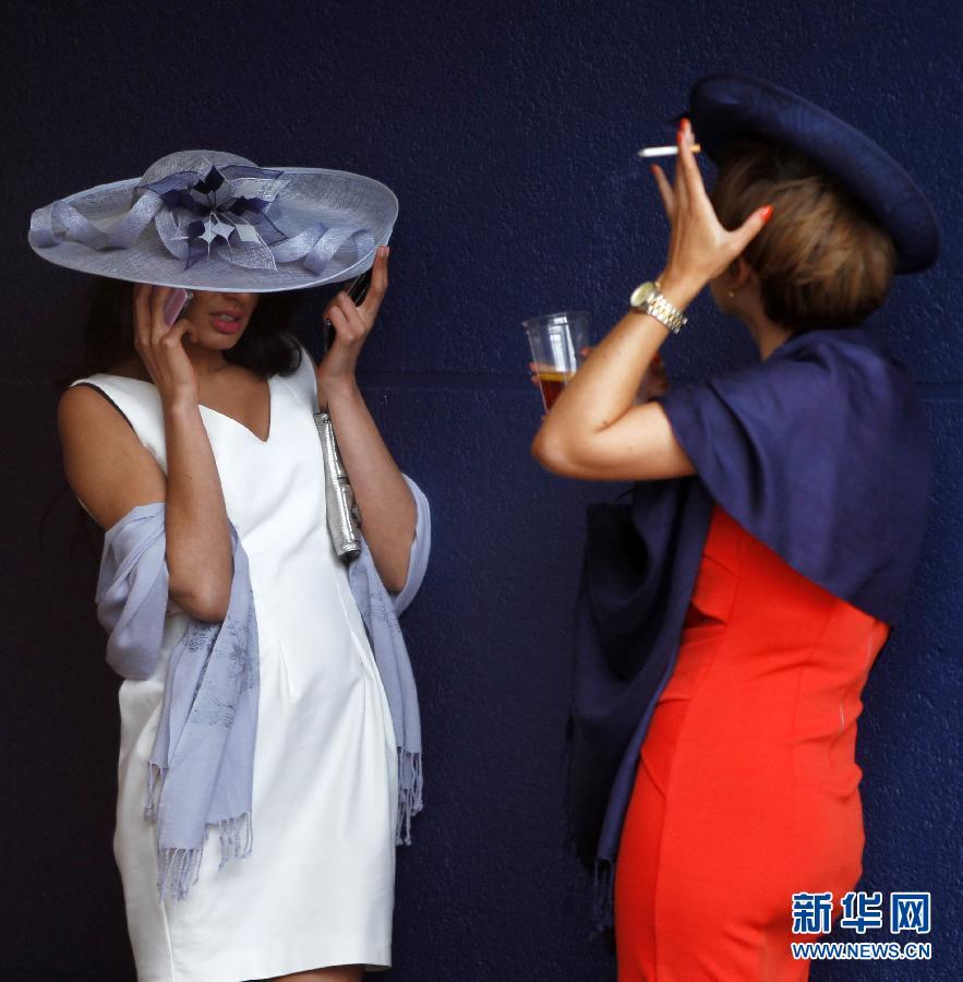 阿斯科特 赛马会 皇家/6月22日,两位女士在皇家阿斯科特赛马会上。