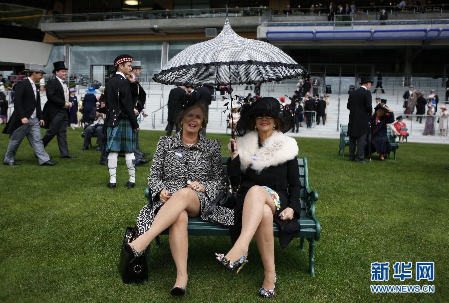 阿斯科特 赛马会 皇家/6月22日,一位女士在皇家阿斯科特赛马会上。