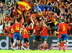 阿隆索进球后,巴萨球员第一时间跑来庆祝,在国家队,他们毫无芥蒂。