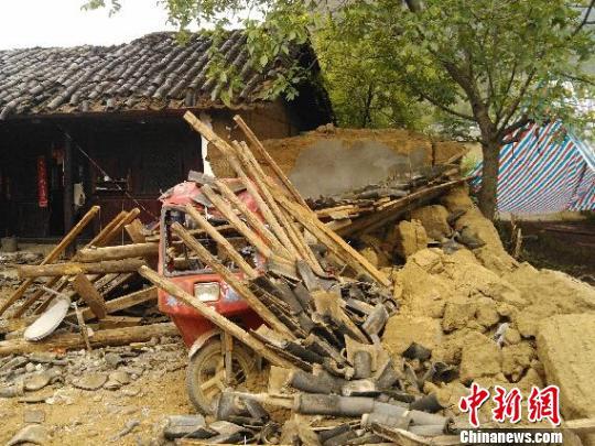 云南宁蒗地震灾区倒塌的房屋单建波摄
