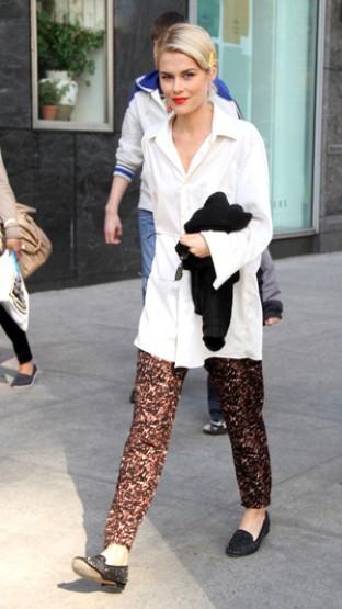 Rachael Taylor 男朋友风格的白衬衫搭配金发红唇的设计,相当抢眼。