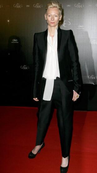 模特 Poppy Delevingne 白衬味道衫搭配波点裤子,高街范儿中透露着干练的味道。