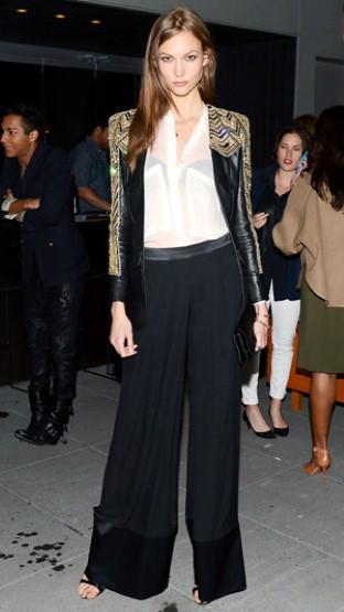 当红超模Karlie Kloss 也用白衬衫搭配黑色阔腿裤出席颁奖典礼。