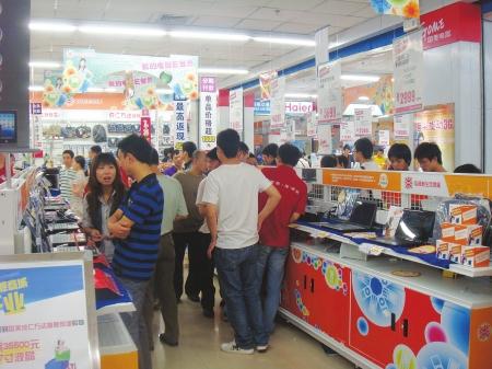 今日,蓉城家电卖场将以国美成仁路万达旗舰商城开业为导火索,全面吹响2012年下半年度家电价格大战的号角。