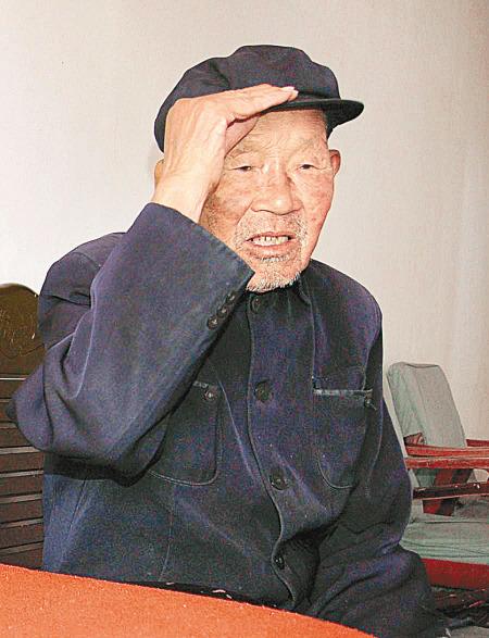 今年96岁的张怀玉老人,15岁参加红军,先后参加过大小战役300多次。1950年底,解甲归田,来到延安市七里铺村,成了一个真正的农民。他担任大队书记直到1985年。