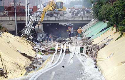 今天上午,抢险人员抢排地铁工地内的污水 摄/记者郭谦