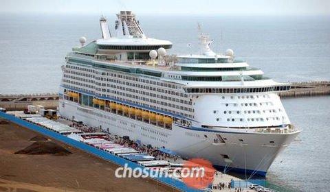 """23日上午,""""海洋航行者""""号游轮驶入济州港外港。"""