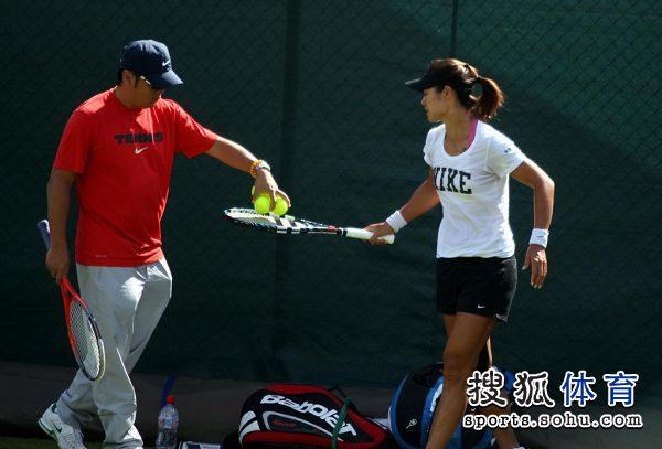 李娜彭帅在温网训练场亮相 李娜开始练习图片 40038 600x407