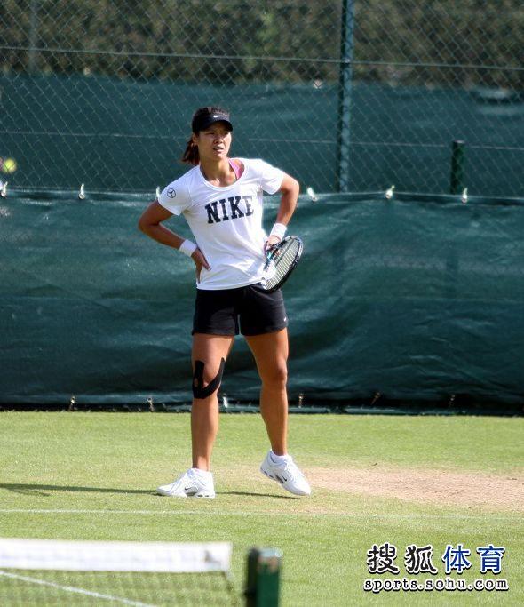 李娜彭帅在温网训练场亮相 李娜稍作休整图片 75841 590x683