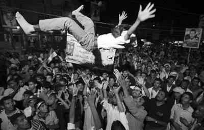 24日,埃及开罗,民众庆祝穆尔西当选新总统。经过长期的动荡后,埃及民众期待新总统尽快着手国家改革,平息混乱局势。