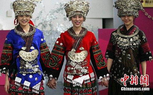 图为模特赴日前展示中国服装服饰作品。中新社发 钱兴强 摄