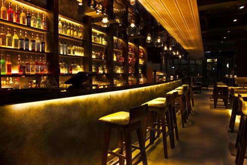 Quinary拥有一间独一无二的长型酒吧