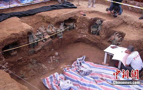 陕西宝鸡发现西周贵族墓葬群 出土200余件青铜器(组图