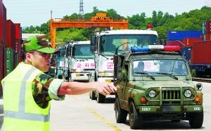 26日,韩国首尔,为降低罢工造成的损失,韩国军事车辆投入使用,协助参与交通运输。