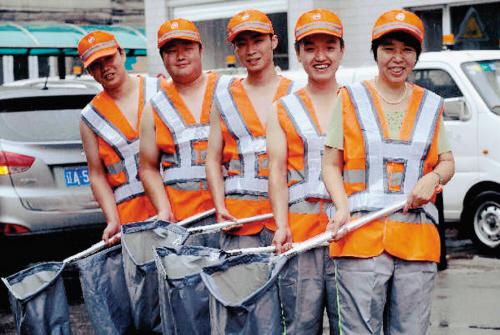 全市环卫工人换新装保洁袋也统一