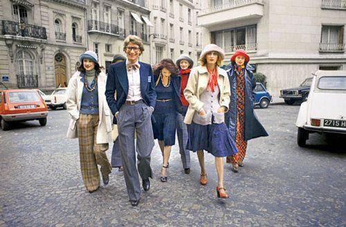 和模特漫步于巴黎街头