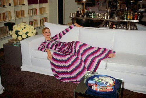穿圣罗兰礼服的模特躺在沙发上