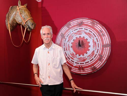 展览由美国著名艺术家 Hilton McConnico 亲自设计及策画