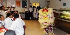 """驻特立尼达和多巴哥大使夫人耿海凌出席特多凯悦大酒店举办的""""济南日""""活动"""
