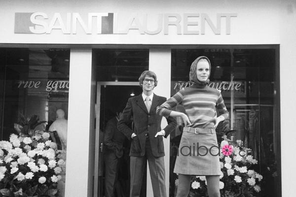 品牌创始人伊夫圣罗兰 (Yves Saint Laurent) 先生 (左) 与一位模特