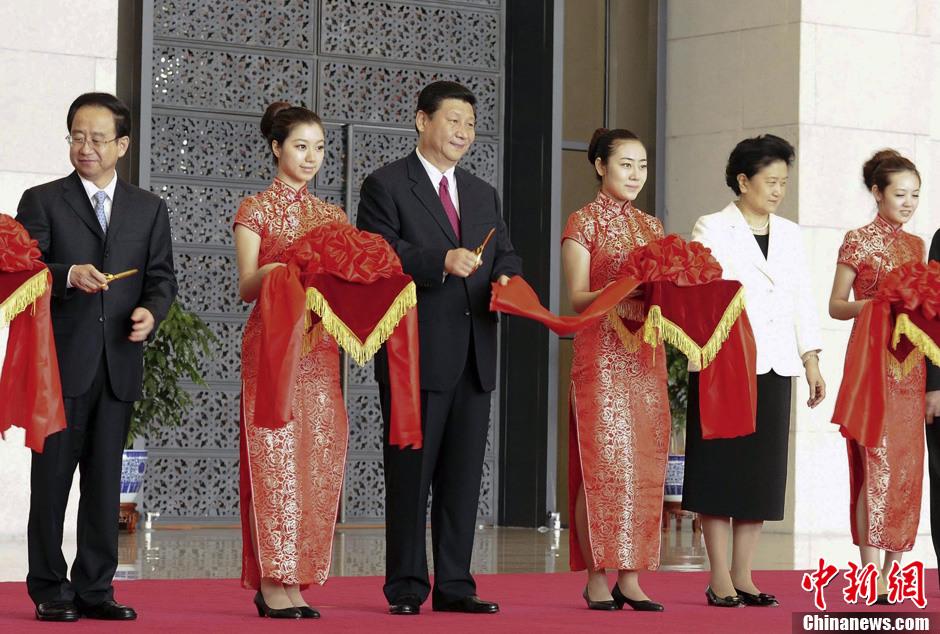 香港特别行政区成就展开幕 观众回味回归历史时刻