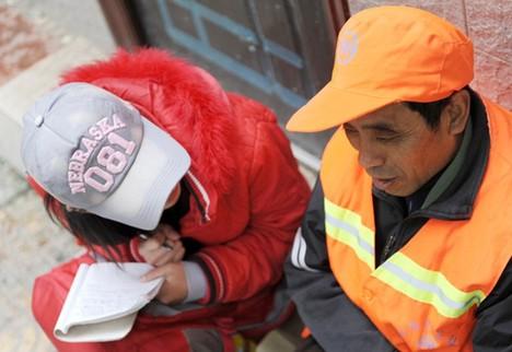 赵菲菲/(资料图:2010年10月27日,赵菲菲坐在路边的台阶上采访环卫...