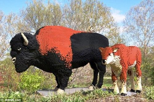 """一座名为""""北美野牛""""的乐高雕塑,共耗费积木45143块。"""