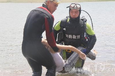 图为救援队成功打捞出溺水女孩