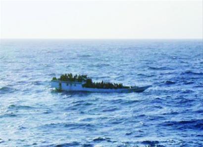 印度洋/这是澳大利亚海事安全局提供的摄于6月27日难民船沉没之前的...