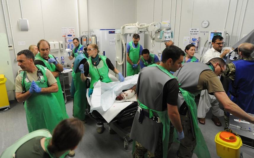 据英国《每日电讯报》6月27日报道,一名英国学者发布了一组非常罕见的照片这些照片显示了阿富汗战区医院的医生和护士抢救受伤英国士兵的场景。