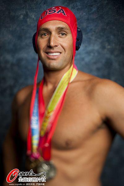 图文:美国男子水球队拍写真 微笑面对