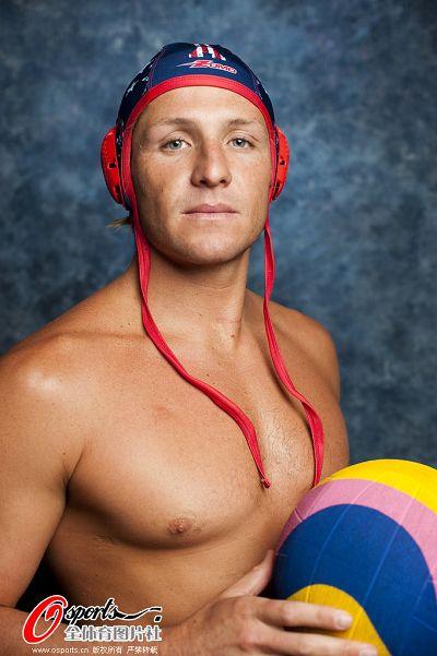 图文:美国男子水球队拍写真 手捧水球