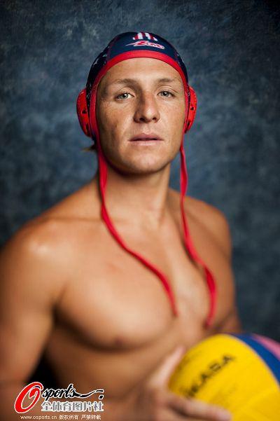 图文:美国男子水球队拍写真 正面拿球
